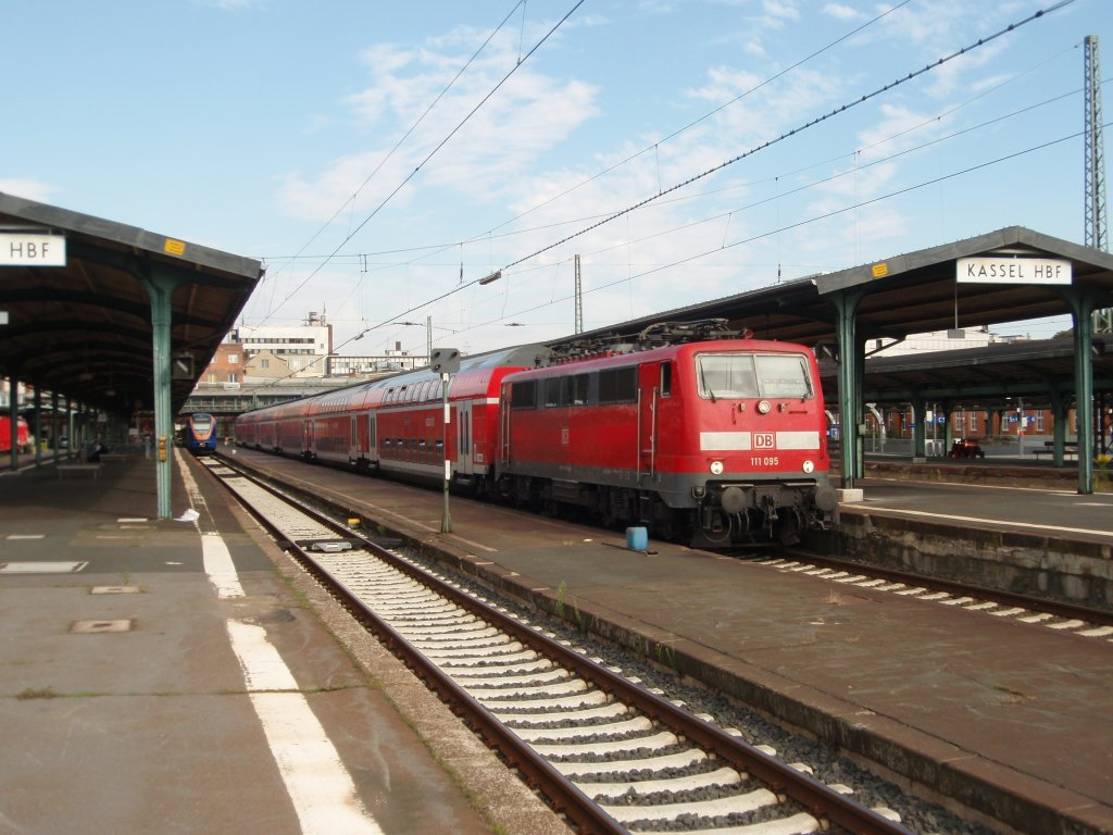 111 095 als RE nach Frankfurt (Main) Hbf in Kassel Hbf. 01.08.2009